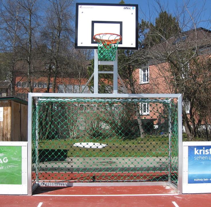 Bolztor mit Basketballkorb