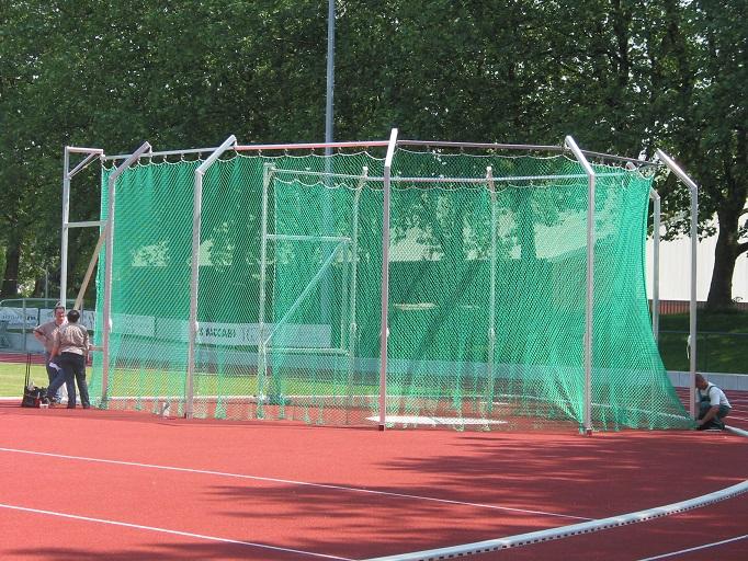 Diskuswurf Schutzgitter mit Montage von artec Sportgeräte