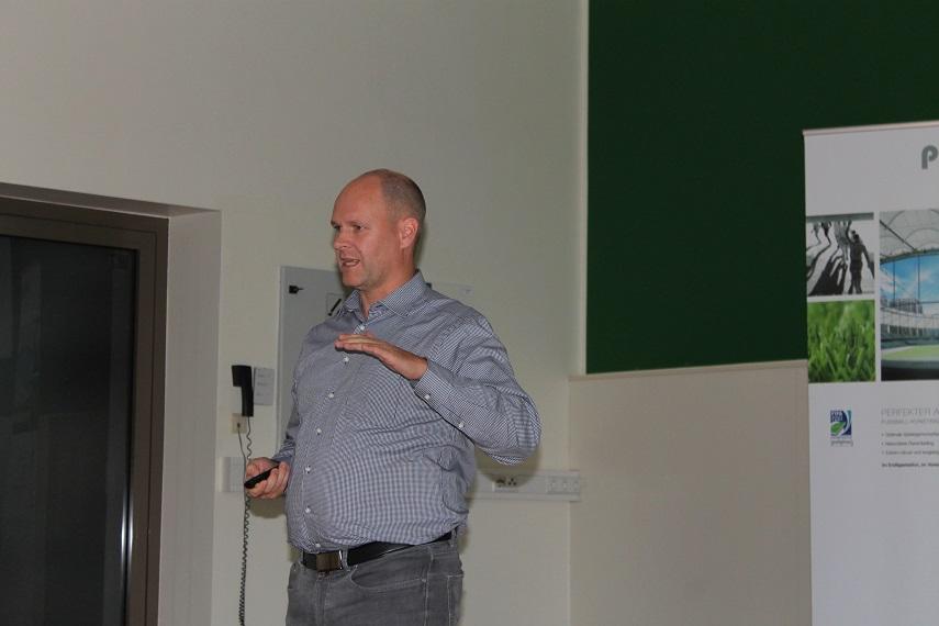 Holger Schmitz beim Kunstrasen Seminar FVM