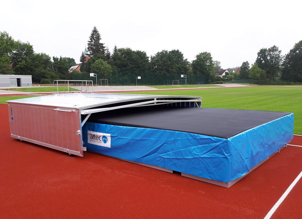 Hochsprunganlage IAAF mit Auflageraster und fahrbarer Abdeckung