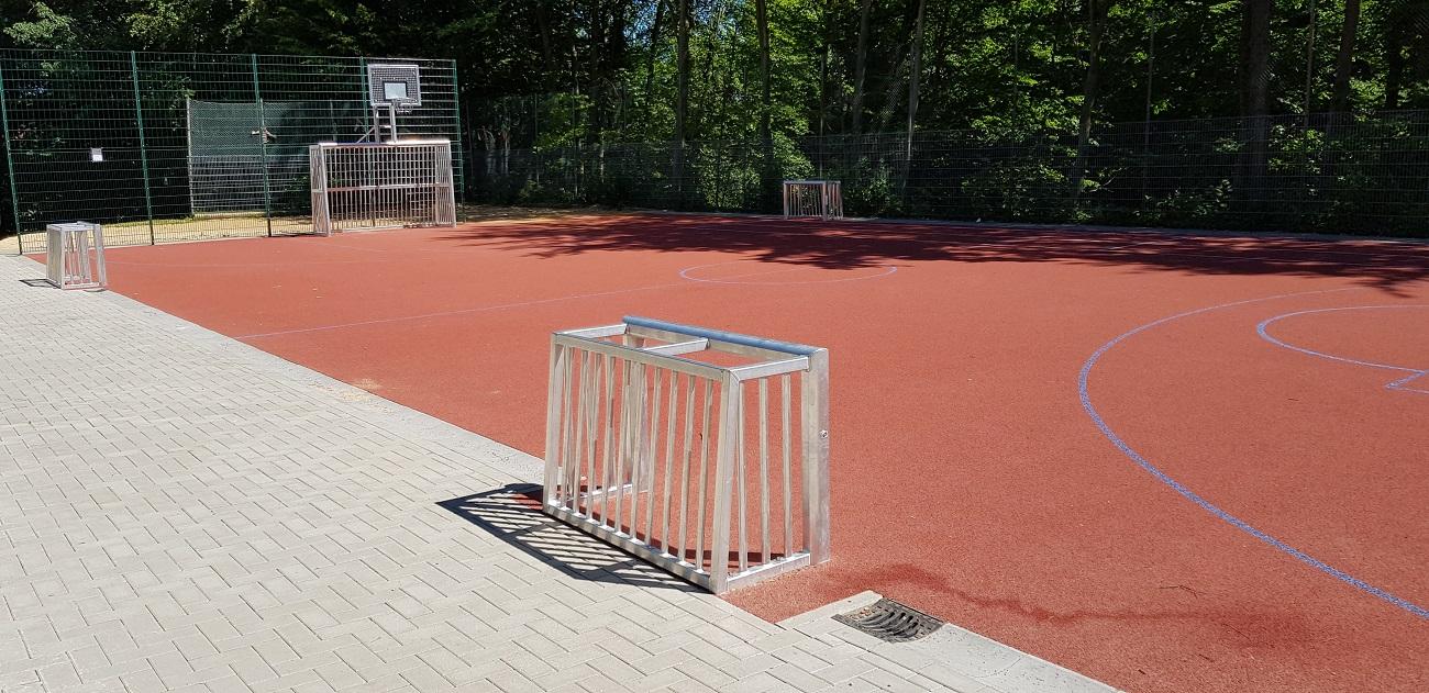 Mehrgenerationenspielplatz Minitore Bolztore mit Basketballaufbau