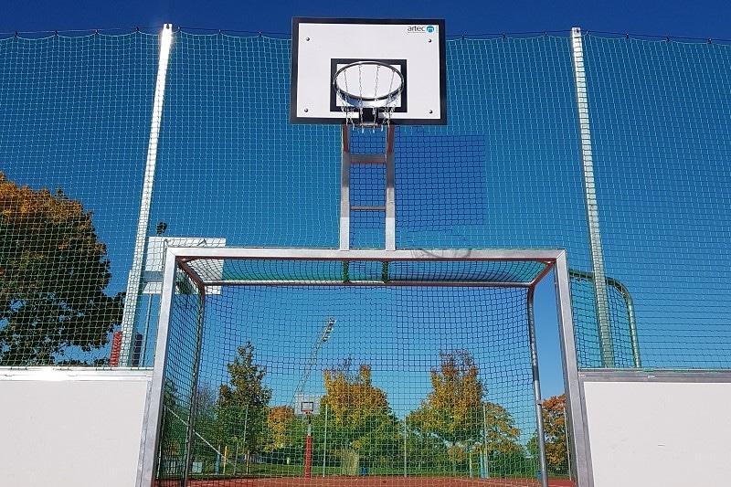 Tor mit Basketballkorb