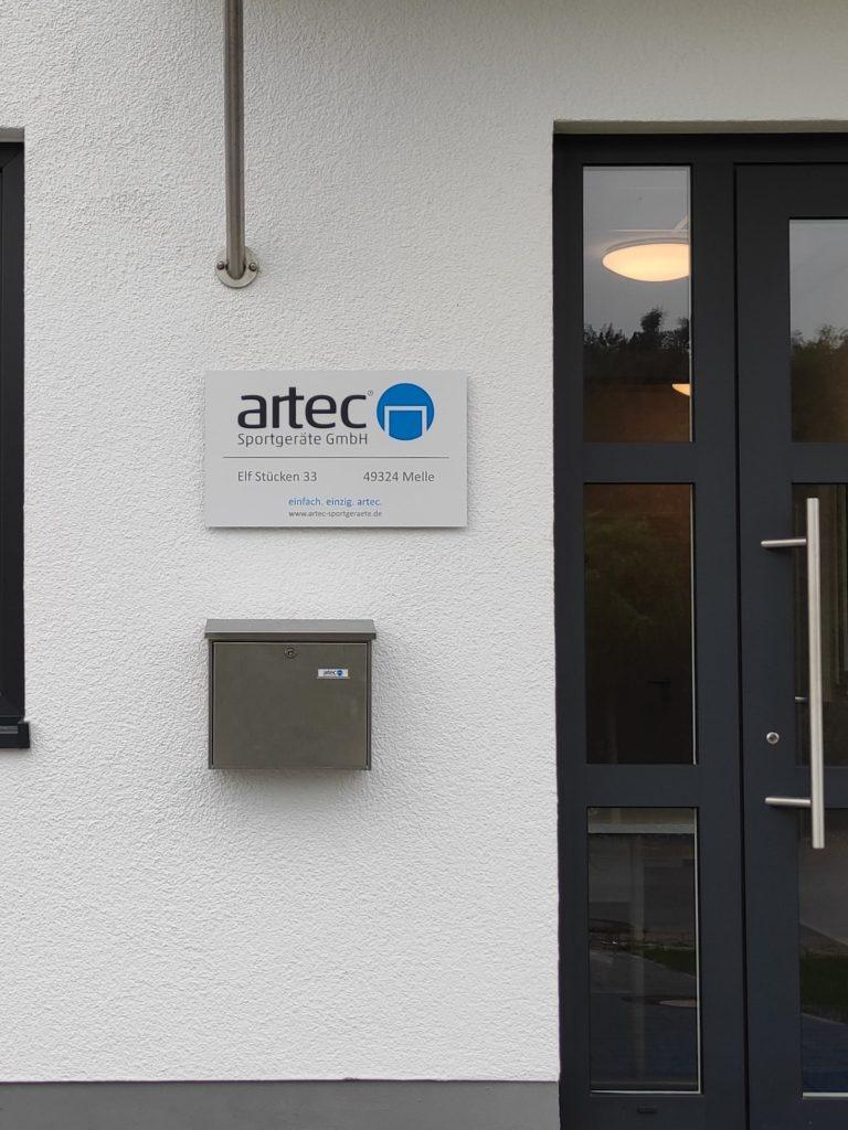 Werbeschild zur Information für Besucher:innen am Büroeingang