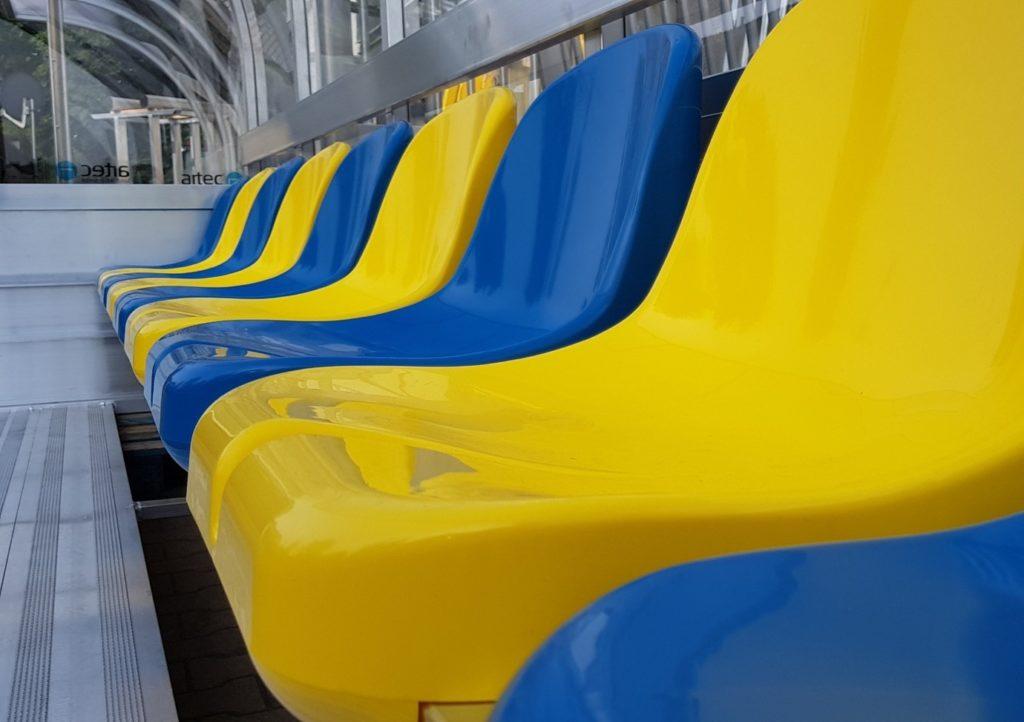 Robuste Sitzschalen für Spielerkabinen von artec Sportgeräte